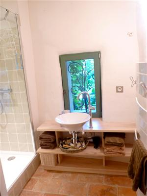 Also on the ground floor we have a separate toilet/laundry and a bathroom with shower and hairdryer.
